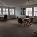 Die Ausgangslage: Ein geräumiger Raum mit miefendem Teppich und beigen Wänden. – Bild: er