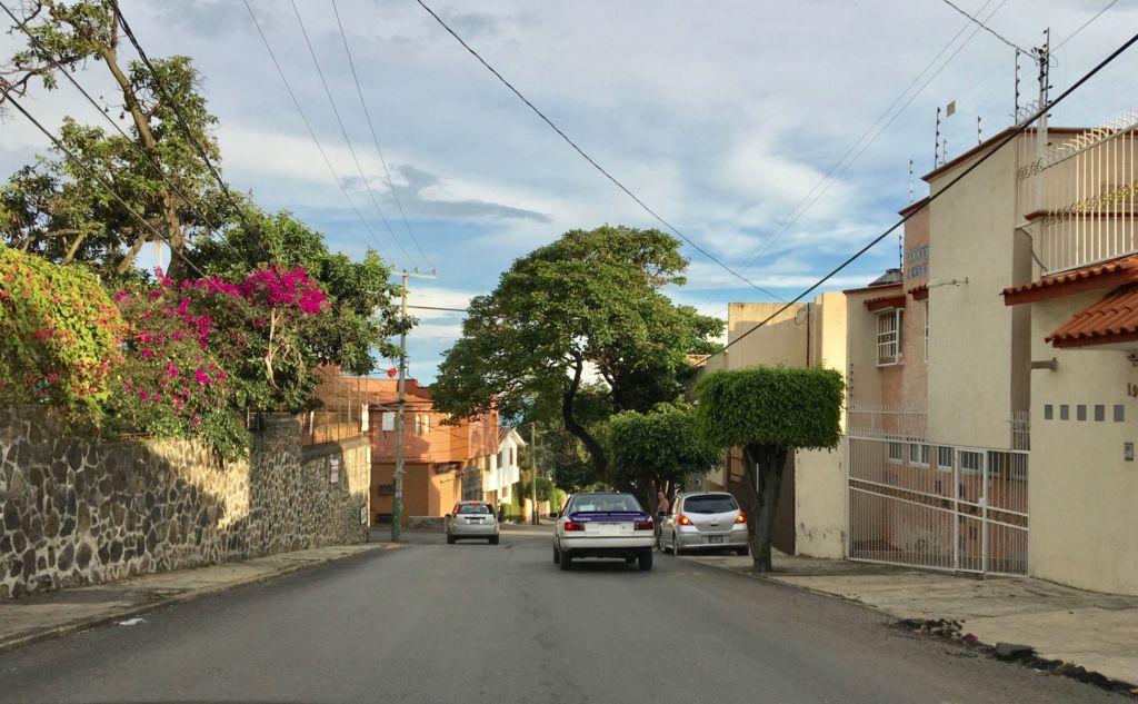 Una calle de Cuernavaca (eine Strasse von Cuernavaca), wo ich die nächste Zeit lebe. – Bild: Ella Lory