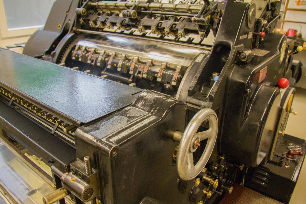 Eine alte Druckmaschine im Keller der Firma Vetter.