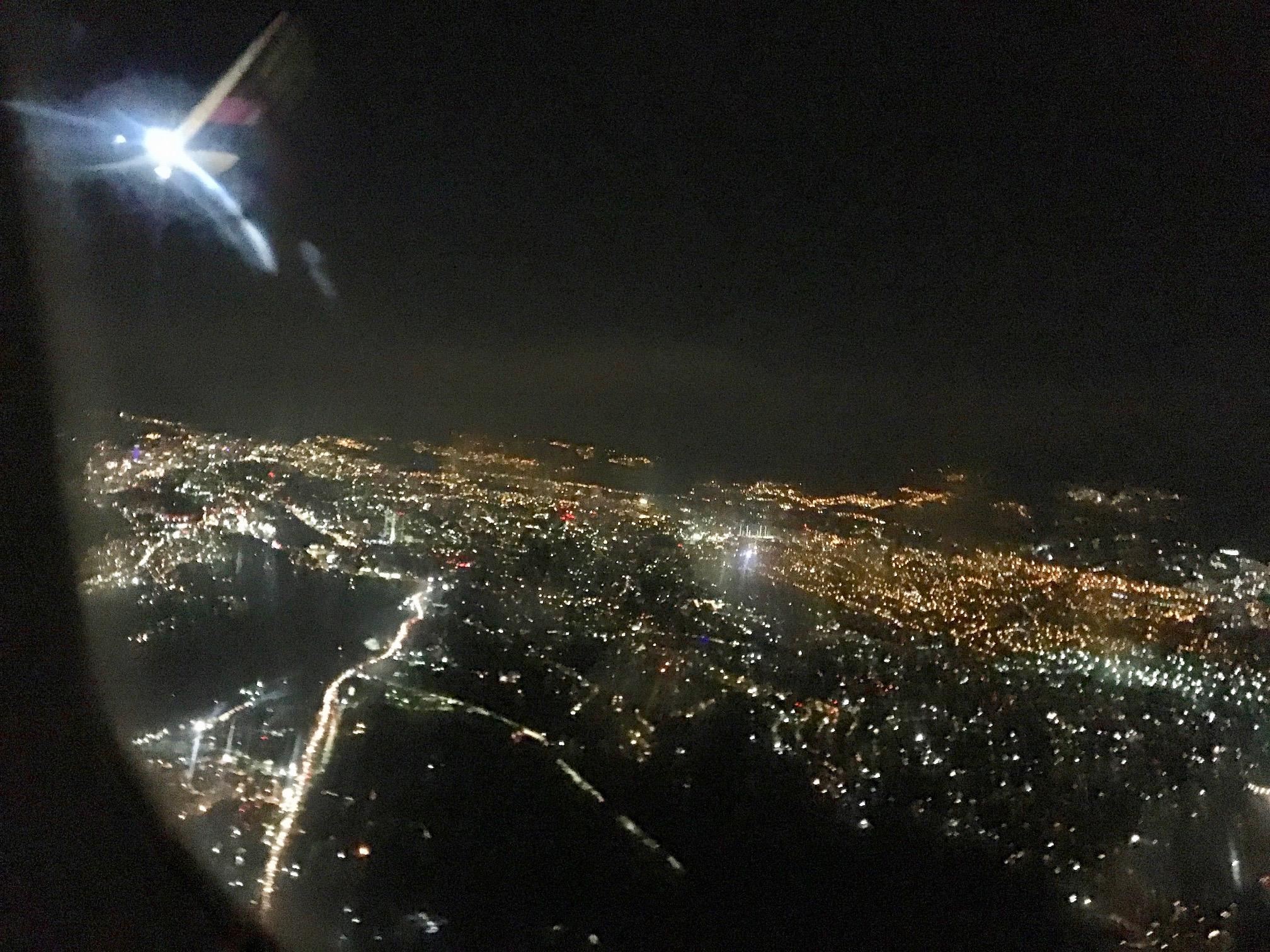 La Ciudad México bei Nacht, ein Lichtermeer. – Bild: Ella Lory